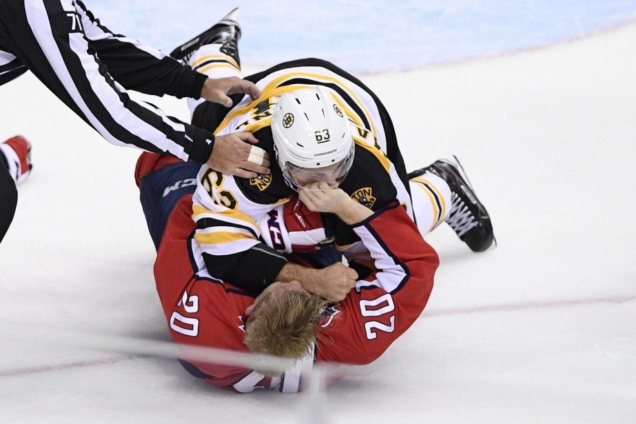 Brad Marchand (63) s'en est pris à Lars... (Photo Nick Wass, Associated Press)