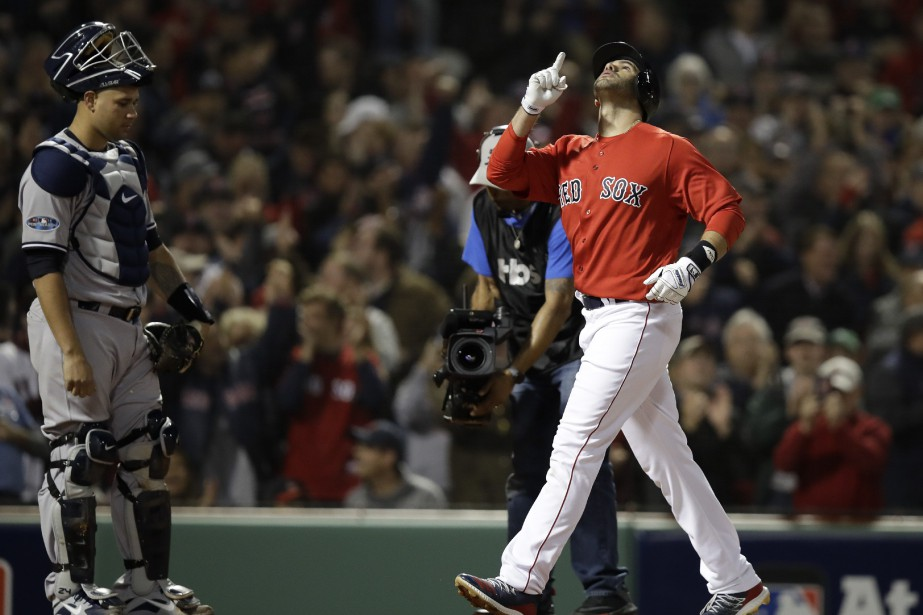 J.D. Martinez a frappé un circuit de trois... (Photo Charles Krupa, Associated Press)