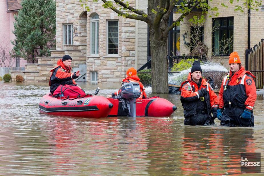 Des pompiers du Service de sécurité incendie de... (Photo AlainRoberge, Archives La Presse)