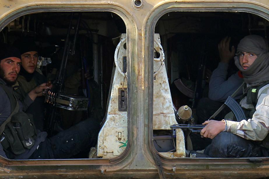 Sur cette photo figurent des rebelles armés à... (Photo AMMAR ABDULLAH, archives REUTERS)
