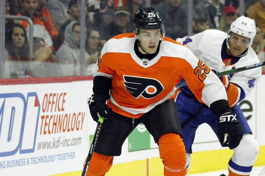 Philadelphia Flyers' James van Riemsdyk, left, brings the... (Photo Tom Mihalek, archives Associated Press)