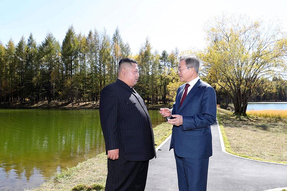 Kim Jong-un et Moon Jae-in, photographiés ensemble le... (Photo Pyeongyang Press Corps VIA AFP)