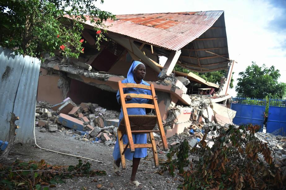 Pour venir en aide aux sinistrés, de l'eau... (PHOTO AFP)
