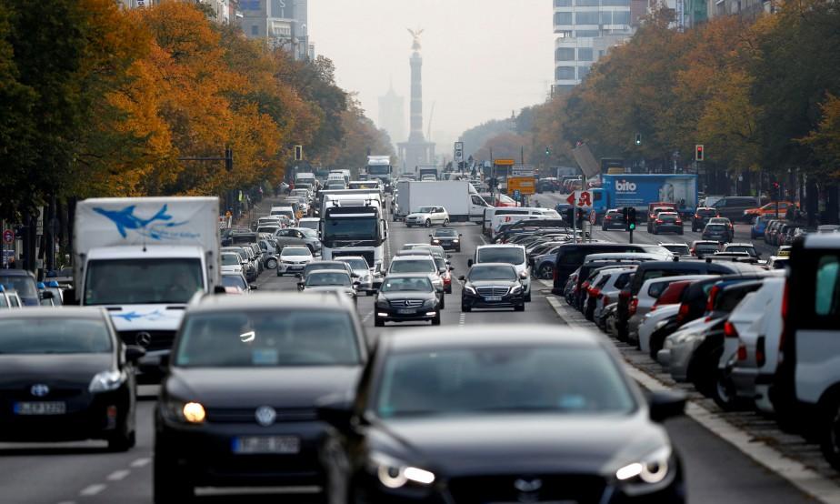 Des véhicules circulant rue Kaiserdamm, une des artères... (Photo Fabrizio Bensch, REUTERS)