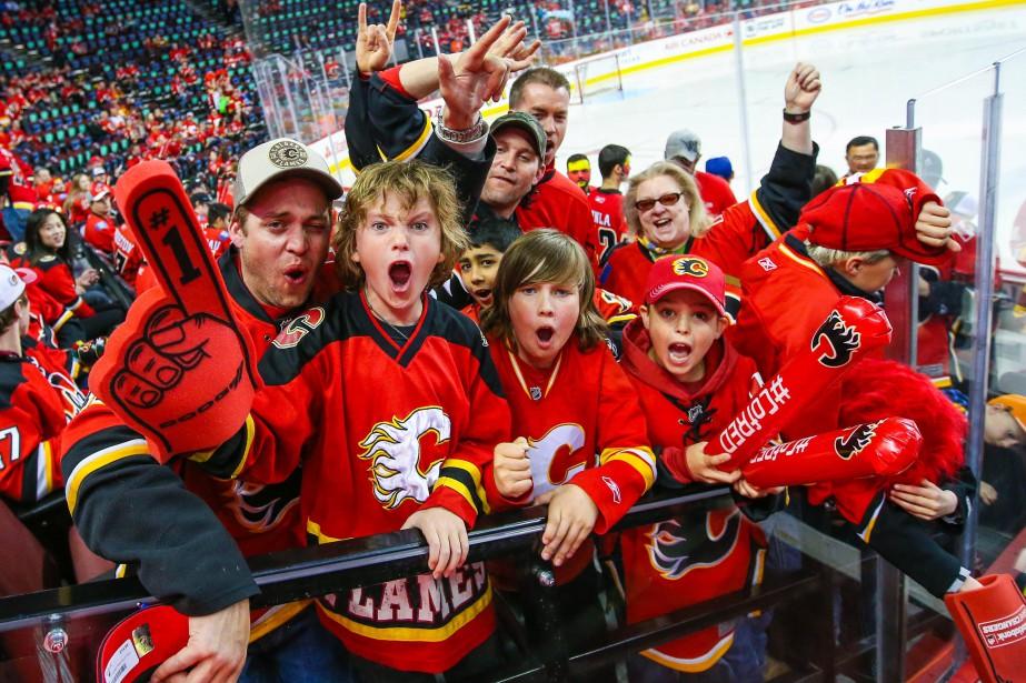 Des partisans des Flames encouragent leur équipe au... (ARCHIVES REUTERS)