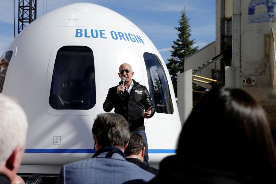 Jeff Bezos devant une maquette grandeur nature d'une... (Photo Isaiah Downing, archives REUTERS)