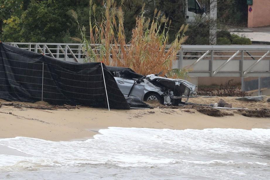La voiture a été découverte à l'aube échouée... (Photo VALERY HACHE, AFP)