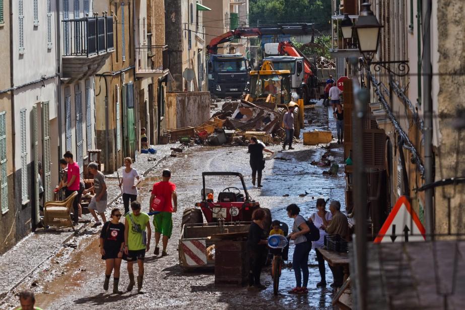 Environ 900 personnes, aidées de chiens et de... (Photo Francisco Ubilla, AP)