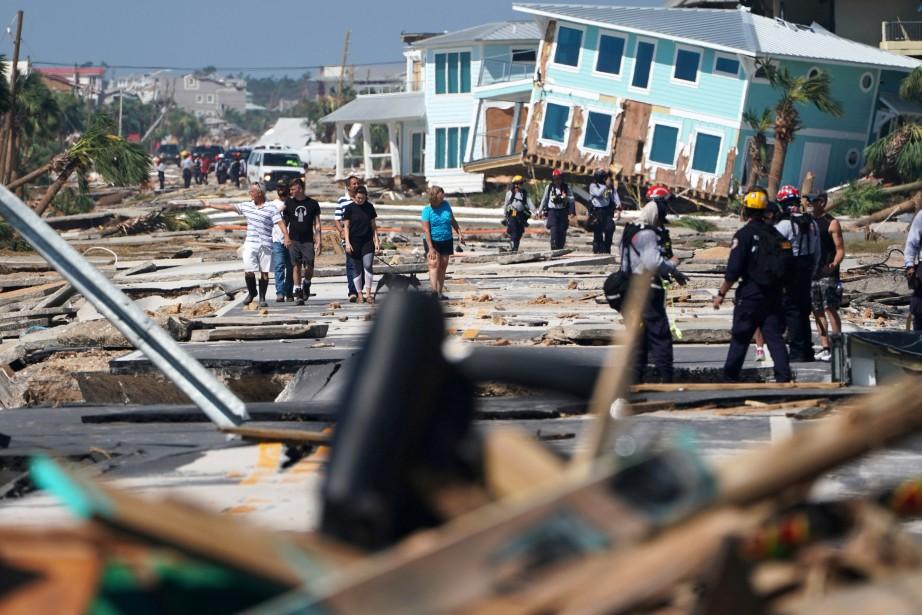 Les secours ont installé une tour de communication... (Photo CARLO ALLEGRI, REUTERS)