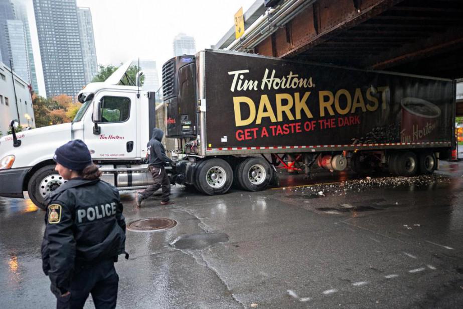 Un camion a percuté un viaduc ferroviaire de... (Photo Patrick Sanfaçon, La Presse)