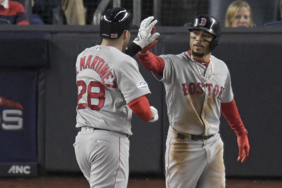 J.D. Martinez et Mookie Betts, des Red Sox... (Photo Bill Kostroun, AP)