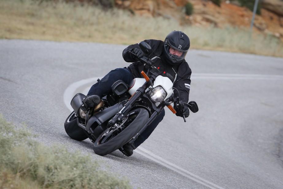 Harley-Davidson a augmenté la garde au sol en soulevant l'arrière et en éliminant tout ce qui pourrait frotter prématurément en virage.<br /><br /> ()