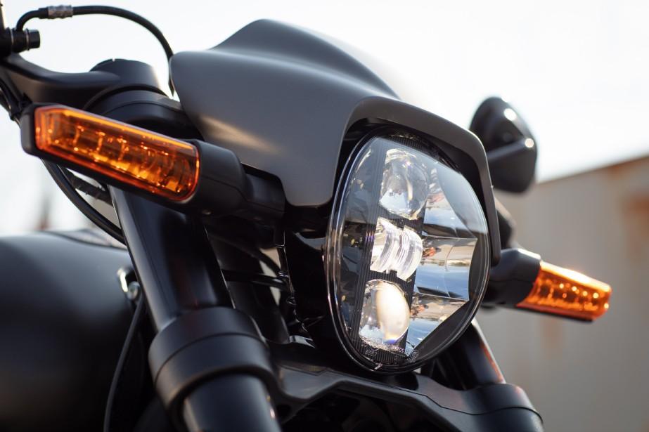 Concrètement, la FXDR 114 est une Harley au coeur classique, mais au comportement étonnamment compétent et au style remarquablement osé.Elle est aussi très amusante-à petites doses. ()