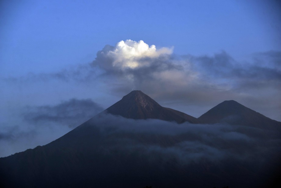 Le Fuego, d'une altitude de 3763mètres, a repris... (Photo JOHAN ORDONEZ, AFP)