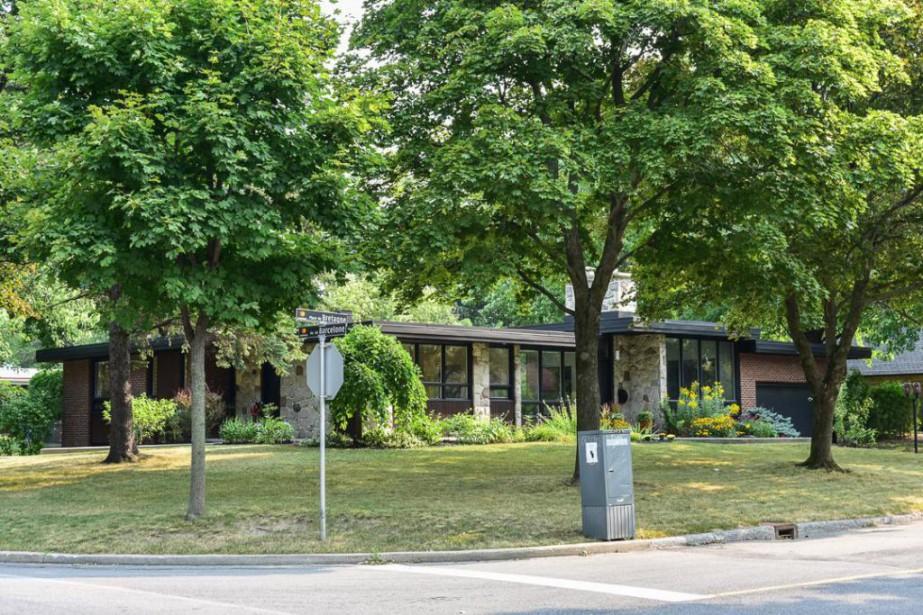 Le bungalow de pierres naturelles est situé dans... (Photo fournie par Remax Collection)