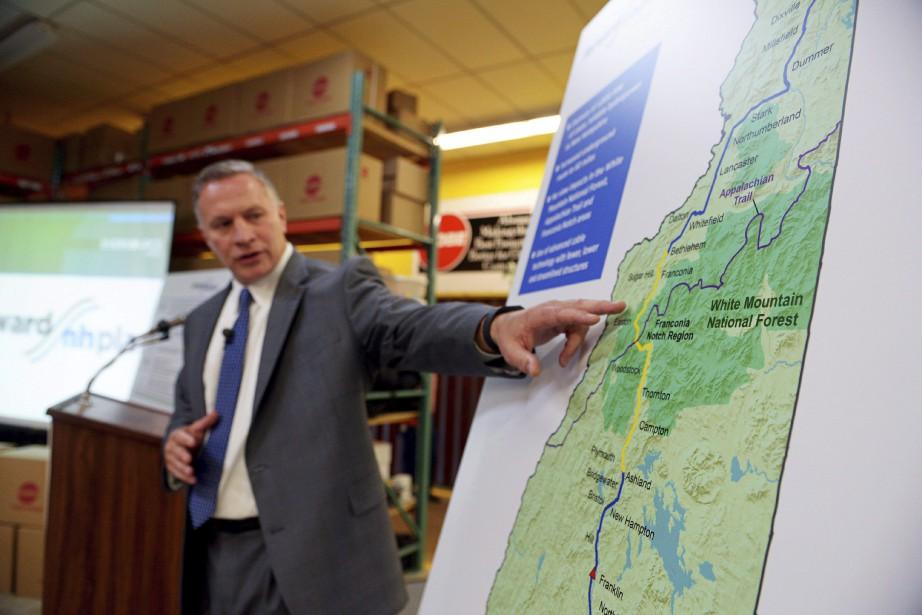 Bill Quinlan, président de Eversource, devant les plans... (Photo Paul Hayes, archives ASSOCIATED PRESS)