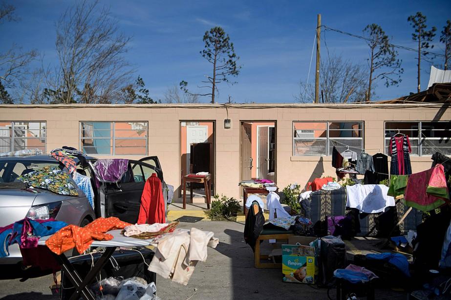 Des vêtements sont éparpillés dans la cour d'un... (PHOTO BRENDAN SMIALOWSKI, AGENCE FRANCE-PRESSE)