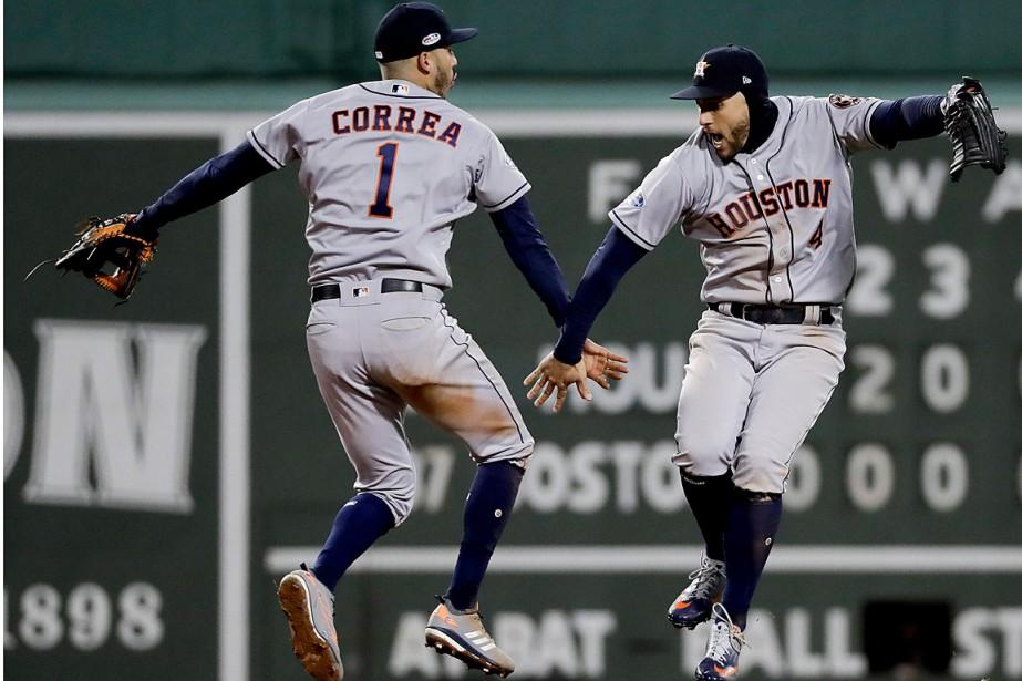 Carlos Correa et George Springer ont littéralement sauté... (Photo David J. Phillip, Asociated Press)