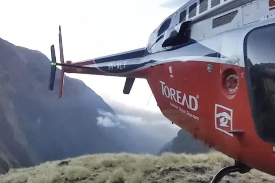 Il a fallu plusieurs vols d'hélicoptère pour ramener... (Photo AP)