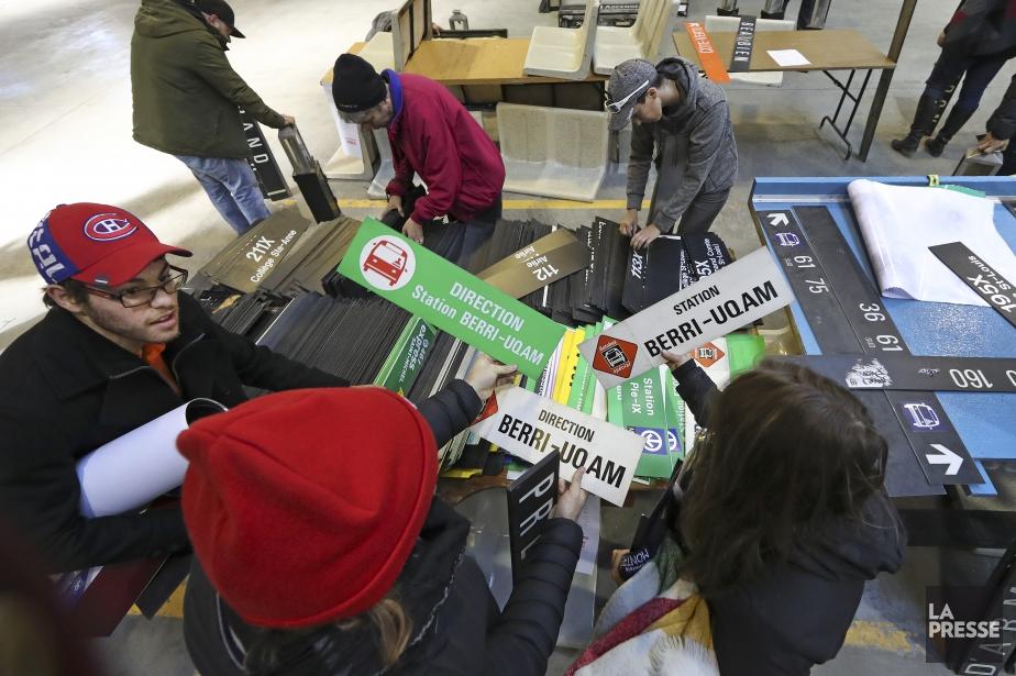 Les premiers clients ont patienté jusqu'à deux heures... (Photo Robert Skinner, La Presse)