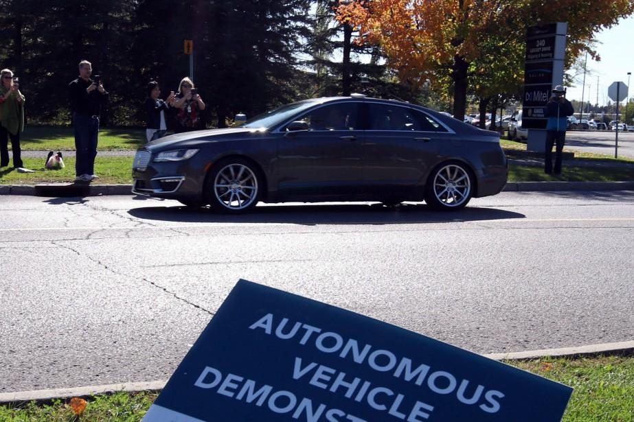 Une voiture autonome circule lors de textes effectués... (Photo FRED CHARTRAND, archives La Presse canadienne)