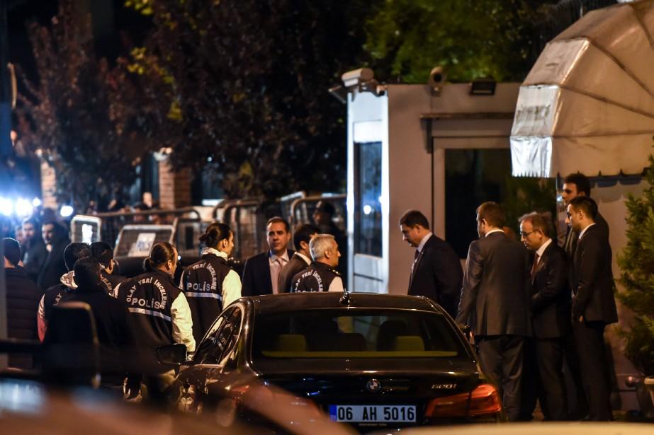 Les enquêteurs sont arrivés au consulat à bord... (Photo BULENT KILIC, Agence France-Presse)