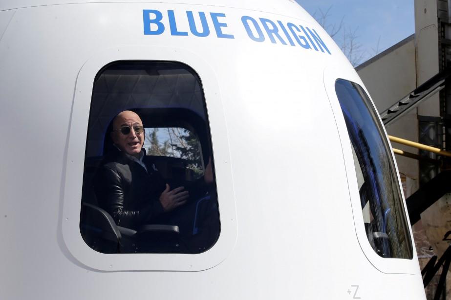 Jeff Bezos dans sa fuséeNew Shepardlors d'un symposium... (PHOTO REUTERS)
