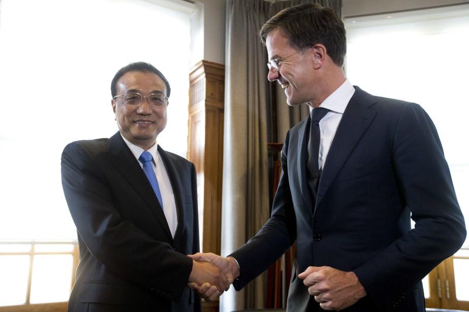 Le premier ministre chinois Li Keqiang aux côtés... (PHOTO AP)