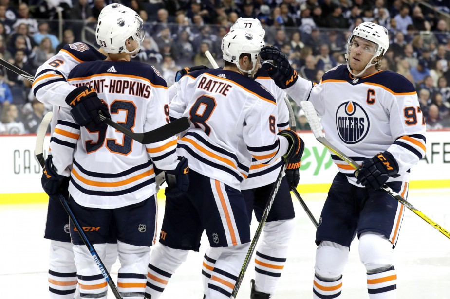 Connor McDavid (à droite) célèbre son but inscrit... (PHOTO REUTERS)