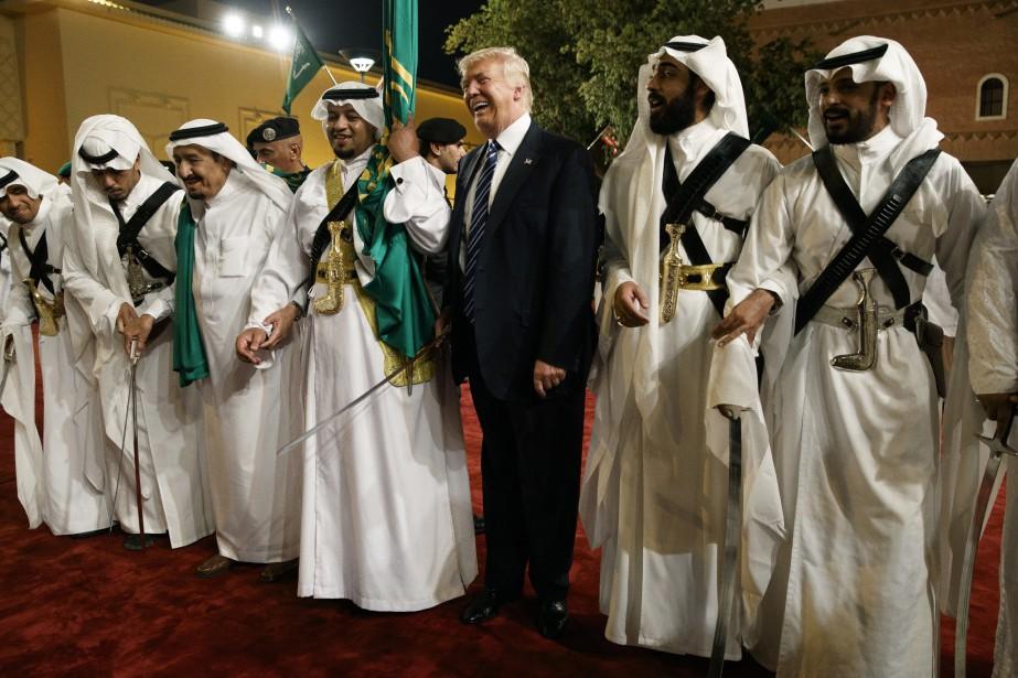 Donald Trump participe à une danse traditionnelle lors... (ARCHIVES AP)