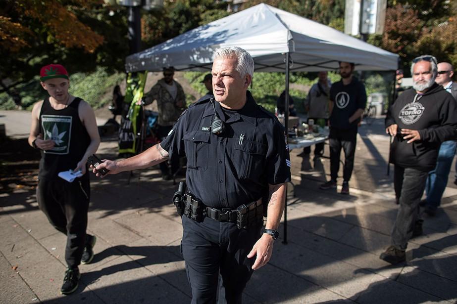 Sur cette photo, un policier interpelle un homme... (Photo DARRYL DYCK, archives PC)