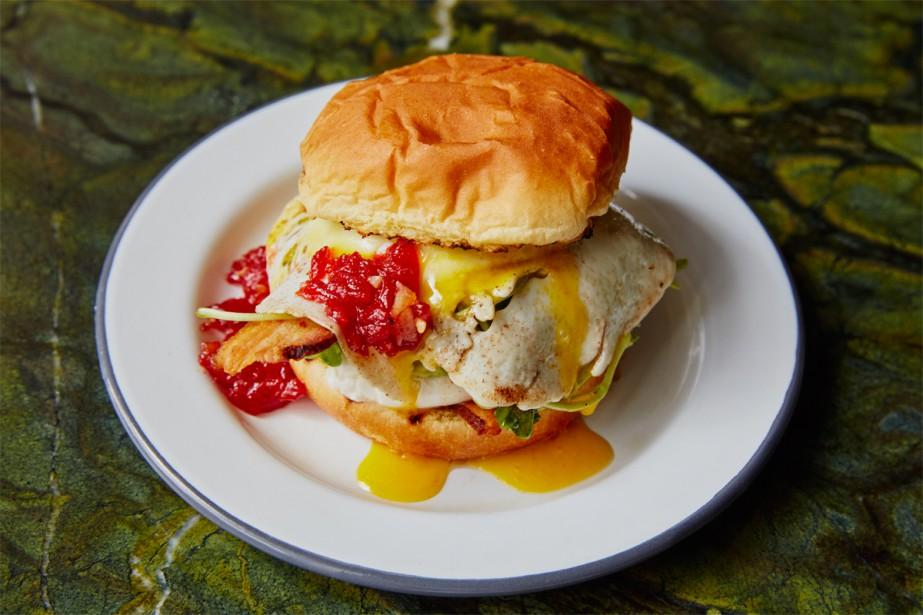 Le sandwich déjeuner Kentucky avec poulet frit, bacon,... (Photo Dominique Lafond, fournie par le Bloomfield)