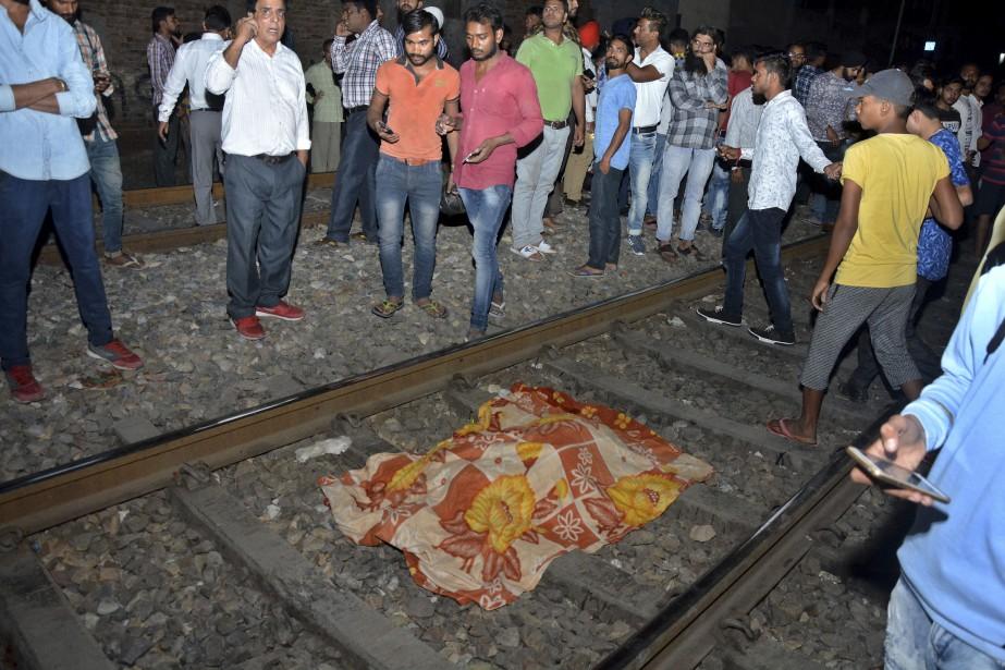 Le corps d'une des victimes a été recouvert... (Photo Prabhjot Gill, AP)