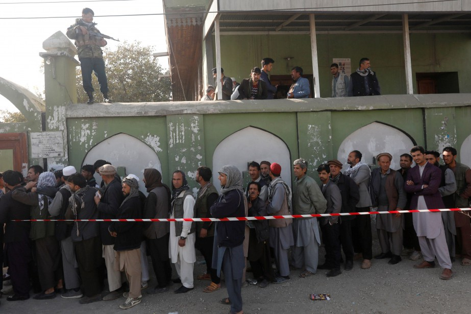 Des électeurs font la file pour exercer leur... (PHOTO Omar Sobhani, REUTERS)