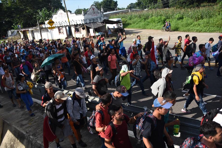 Environ 3000 Honduriens ont repris dimanche leur marche... (Photo Johan Ordonez, AFP)