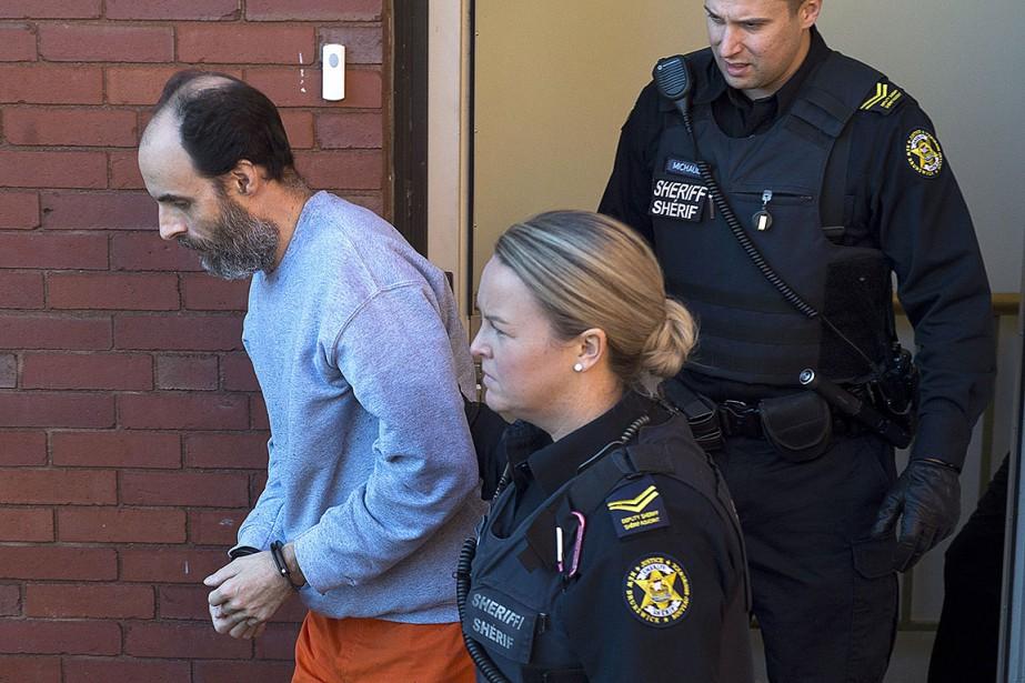 Matthew Vincent Raymond, escorté par des policiers le... (Photo Andrew Vaughan, archives PC)
