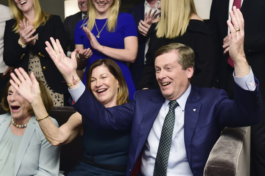 John Tory et sa femme Barbara Hackett célèbrent... (PHOTO PC)