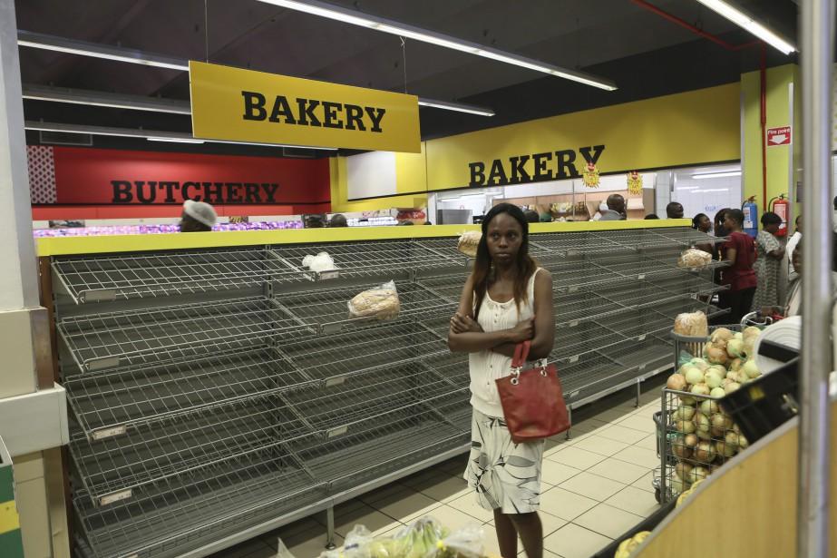 Le Zimbabwe connaît sa plus grave crise économique... (Photo Tsvangirayi Mukwazhi, Associated Press)