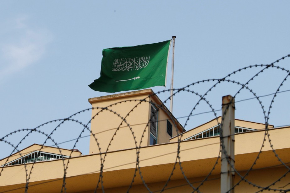 Le drapeau saoudien trône au sommet du consulat... (PHOTO REUTERS)