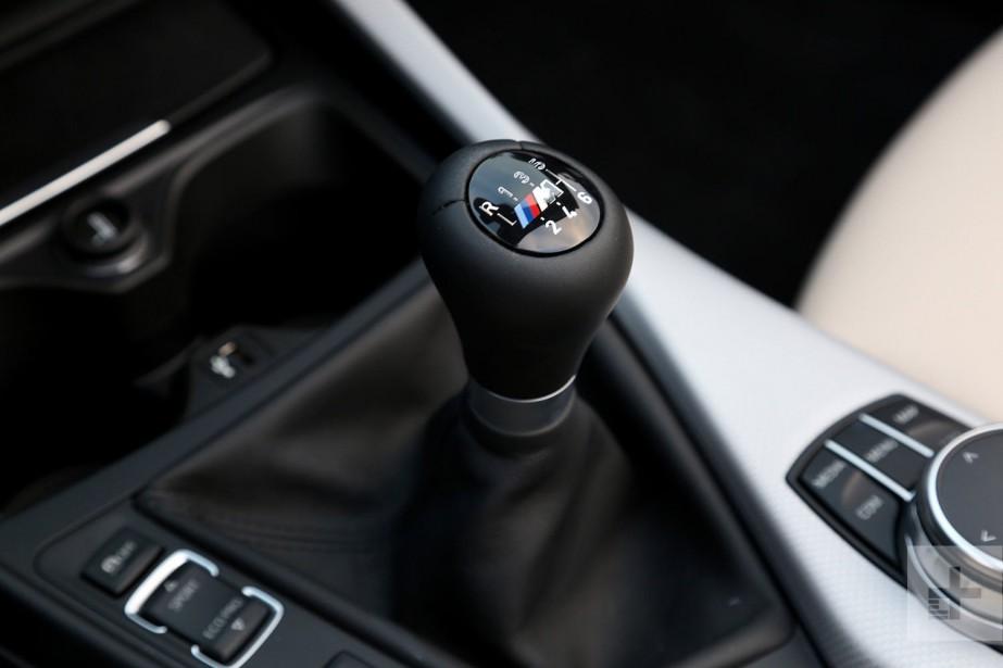 La voiture à boîte manuelle pourrait être inscrite au Registre fédéral des espèces menacées. En 2019, seulement 4 % des voitures offertes sur le marché nord-américain sont équipées d'une boîte manuelle. Ci-haut, l'intérieur de laBMW M240i. ()