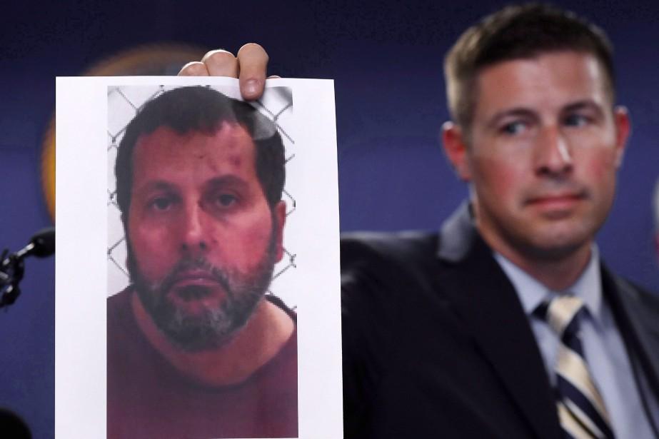 Un agent du FBI montre aux médias la... (Photo Paul Sancya, THE ASSOCIATED PRESS)