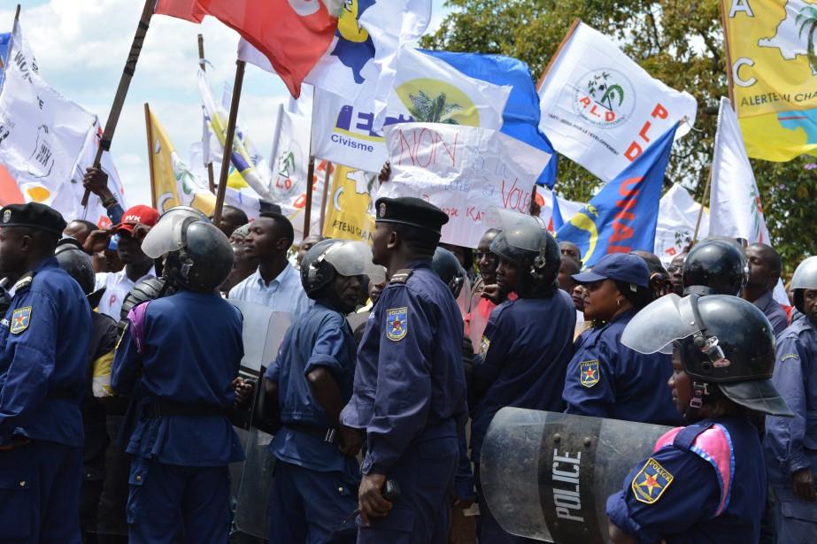 Les opposants se sont mobilisés dès la matinée... (Photo ALAIN WANDIMOYI, Agence France-Presse)
