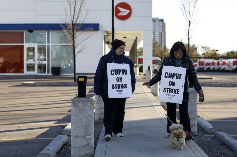 Des employés en grève à Edmonton, lundi.... (Photo Jason Franson, archives La Presse canadienne)