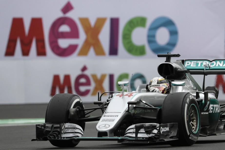 Le pilote anglais Lewis Hamilton au volant de... (Photo Rebecca Blackwell, AP)