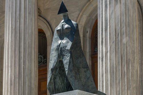 Image: Lynn Chadwick (1914-2003), Figure vêtue d'une cape... (Photo MBAM, Denis Farley.)
