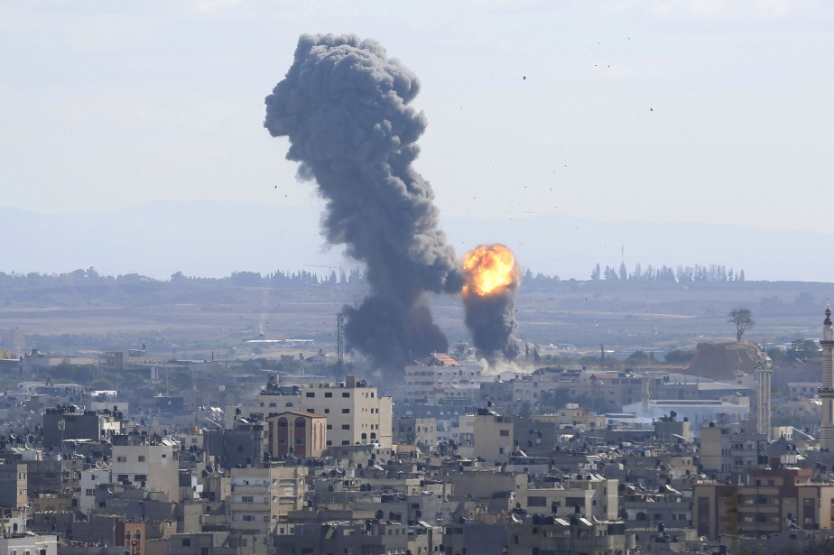 Israël a riposté par des dizaines de frappes... (Photo Hatem Moussa, AP)