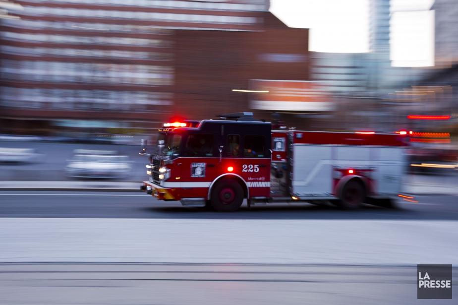 Environ 80 pompiers ont combattu le brasier, qui... (PHOTO OLIVIER JEAN, archives LA PRESSE)
