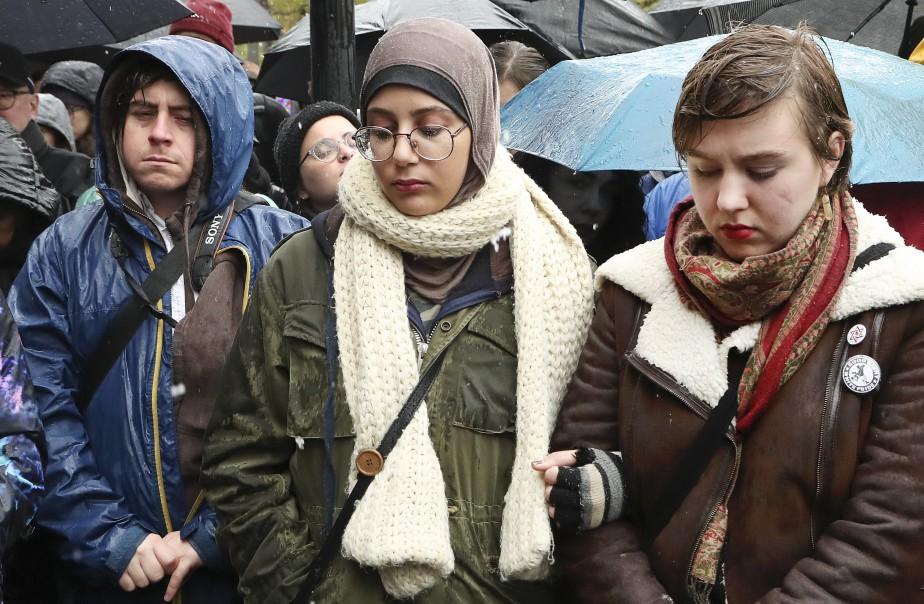 Des Montréalais étaient rassemblés dimanche devant le musée... (Photo Robert Skinner, La Presse)