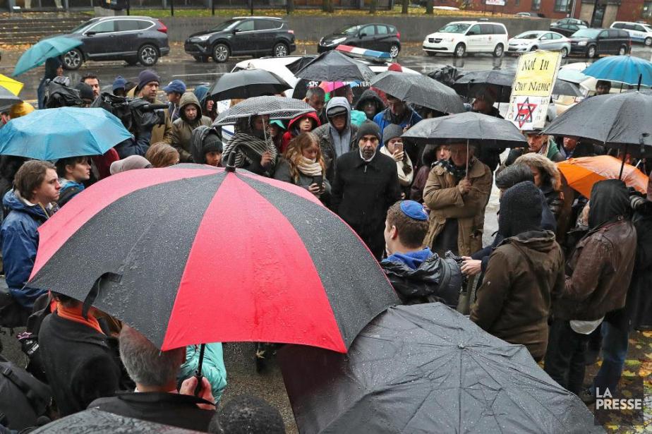 Serrés à plusieurs sous des parapluies, les participants... (Photo Robert Skinner, La Presse)