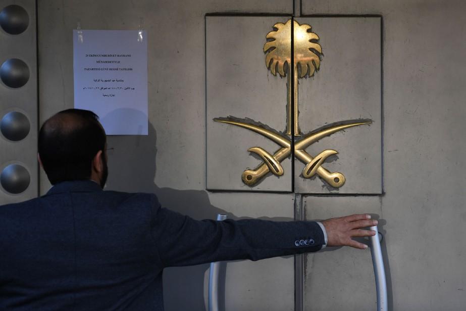 Un gardien de sécurité ouvre la porte du... (Photo OZAN KOSE, Agence France-Presse)